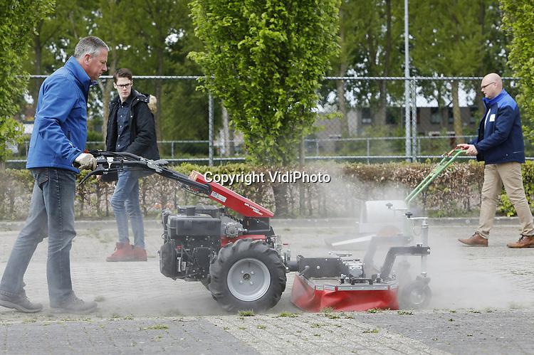 Foto: vidiPhoto<br /> <br /> ALMERE - Ruim honderd nieuwe onkruidbestrijdingsmachines in allerlei soorten en maten, demonstreerden dinsdag in Almere hun milieuvriendelijke techniek in aanwezigheid van gemeenteambtenaren, hoveniers en andere groenwerkers. Leveranciers uit heel Europe toonden de nieuwste uitvindingen om onkruid om een milieuvriendelijk wijze te verwijderen met borstels, vuur, stoom, hete lucht en heet water. Sinds vorig jaar maart is chemisch bestrijden van onkruid verboden en gaat de ontwikkeling van  milieuvriendelijke technieken in een razend tempo. De zogenoemde Demo-Doe-Dag &quot;Onkruid&amp;Reiniging&quot; in Almere is de eerste in een serie van drie;