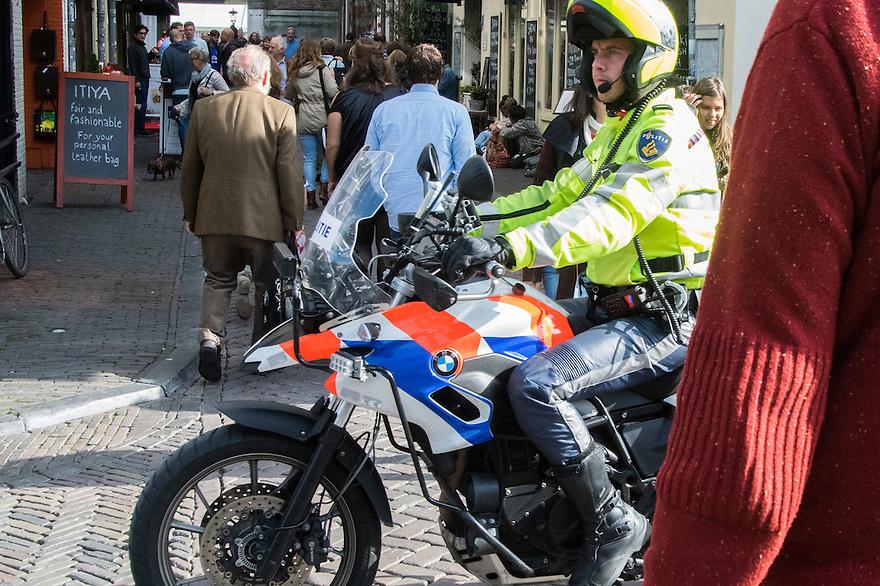Nederland, Utrecht, 10 okt 2014<br /> Mensen op straat. Politiesurveillance op de moter in het centrum van de stad.<br /> Foto: (c) Michiel Wijnbergh