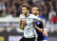 FUSSBALL INTERNATIONAL TESTSPIEL in Muenchen in der Allianz Arena Deutschland - Italien    29.03.2016  Marco Reus (li, Deutschland) gegen Lorenzo De Silvestri (Italien)