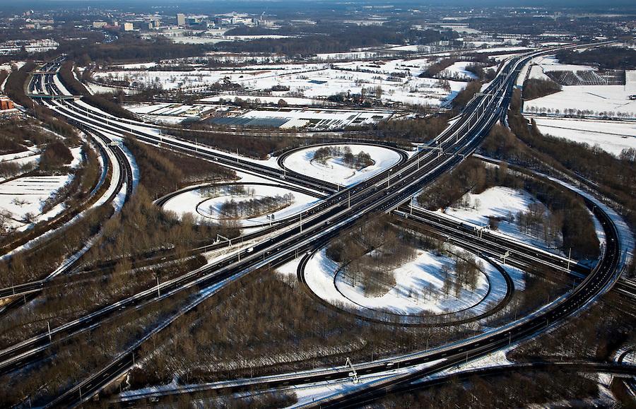 Nederland, Utrecht, Utrecht, 31-01-2010; knooppunt Lunetten, gezien naar het Westen, langs de A12, A26 in de voorgrond.junction Lunetten.luchtfoto (toeslag), aerial photo (additional fee required);.foto/photo Siebe Swart