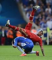 FUSSBALL   SAISON 2011/2012   CHAMPIONS LEAGUE FINALE FC Bayern Muenchen - FC Chelsea  19.05.2012 Ueberflieger: Jerome Boateng (li, FC Bayern Muenchen) im Zweikampf mit  Didier Drogba (unten, FC Chelsea) obenauf