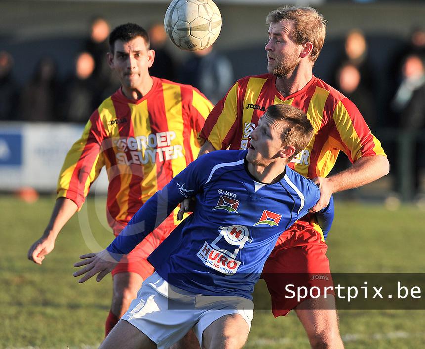 SK Oostnieuwkerke - VG Oostende : duel tussen Kevin fremout (rechts) en Kevin Wullaert (onder) voor de toekijkende Robin De Leu.foto VDB / BART VANDENBROUCKE