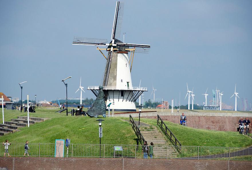 14juni Vlissingen<br /> Havenstad in Zeeland. De oude molen staat voor de windturbines.<br /> <br /> (c)renee teunis