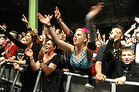 """WGT 2013 - Auftritt der Band """"KMFDM"""" (USA) am Montagabend auf dem Agra-Gelände - Blick ins Publikum  . Foto: Norman Rembarz"""