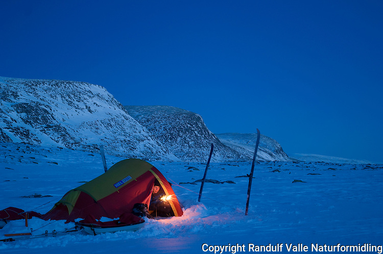 Jente med stjerneskudd i teltåpning i Dovrefjell ---- Tent in winter