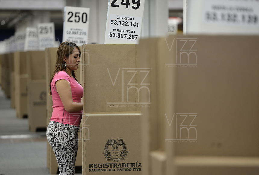 BOGOTÁ -COLOMBIA. 15-06-2014. Una ciudadana colombiana ejerce su derecho al voto en el puesto de votación de Corferias Bogotá durante la segunda vuelta de la elección de Presidente y vicepresidente de Colombia que se realiza hoy 15 de junio de 2014 en todo el país./ A Colombian citizen exert her right to vote in Corferias Bogota polling station during the second round of the election of President and vice President of Colombia that takes place today June 15, 2014 across the country. Photo: VizzorImage/ Gabriel Aponte / Staff