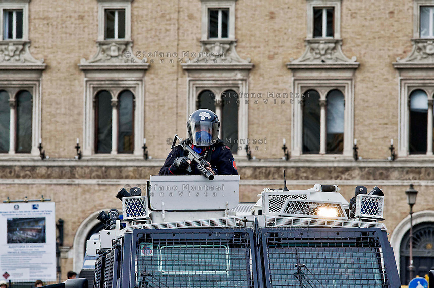 Roma, 12 Maggio  2014<br /> Manifestazione dei Movimenti per il diritto all&rsquo;abitare contro l&rsquo;austerity e contro le politiche abitative del governo Renzi. I carabinieri  bloccano la manifestazione a Piazza Venezia <br /> <br /> Roma, Italy. 12th May 2014 -- Demostration the movements for housing rights against the housing plans by the Renzi Government and Article 5 of the text that provides the closing   for the of water and electric to occupied homes and against austerity.  The police in riot gear block the march at Venezia square.