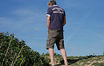 Foto: VidiPhoto<br /> <br /> MAURIK - Gezinnen genieten vrijdag bij de recreatieplas Het Eiland van Maurik, aan de Betuwse zijde van de Rijn, van hun meivakantie. Nu de zon uitbundig schijnt en de temperatuur oploopt, grijpen watersporters volop hun kans. De eilandjes in de Rijn bij Maurik zijn daarbij een pleisterplek bij uitstek, maar zwemmen zit er nog niet in. Het blijft bij varen, zonnen en wat pootje baden. Rijkswaterstaat en provincie Gelderland waarschuwen ook om niet te gaan zwemmen in de rivieren. Naast onverwachte stromingen is het water nog ijskoud. Vrijdag werd het op veel plaatsen met 25 graden zomers warm.