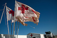 Tunisie RasDjir Camp UNHCR de refugies libyens a la frontiere entre Tunisie et Libye ....Tunisia Rasdjir UNHCR refugees camp  Tunisian and Libyan border  Bandiere Croce rossa italiana Italian Red Cross flags Drapeaux Croix Rouge Italienne