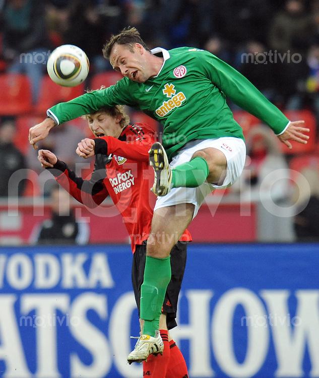 FUSSBALL  1. BUNDESLIGA   SAISON 2009/2010  18. SPIELTAG Bayer 04 Leverkusen - FSV Mainz 05                     16.10.2010   Nikolce NOVESKI (re, Mainz) gegen Stefan KIESSLING (li, Leverkusen)