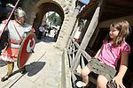 Foto: VidiPhoto<br /> <br /> HEILIG LANDSTICHTING - Romeinen uit heel West-Europa zijn vanaf woensdag tot en met zondag de baas in museumpark Ori&euml;ntalis in Heilig Landstichting bij Nijmegen. Enkele honderden zogenoemde re-enacters, van militairen tot burgers en ambachtslieden, bevolken de komende dagen het park voor een Laat-Romeins Festival, met militaire en civiele shows op zaterdag en zondag. De re-enacters geven vanaf woensdag een kijkje in het dagelijks leven van Romeinse militairen en hun gezinnen in de nadagen van het Romeinse rijk. Ori&euml;ntalis spreekt van een uniek samenkomen van verschillende re-enactmentgroepen in het museum. Foto: De verschillende acteurs bereiden zich woensdag voor op de spektaculaire shows van zaterdag en zondag.