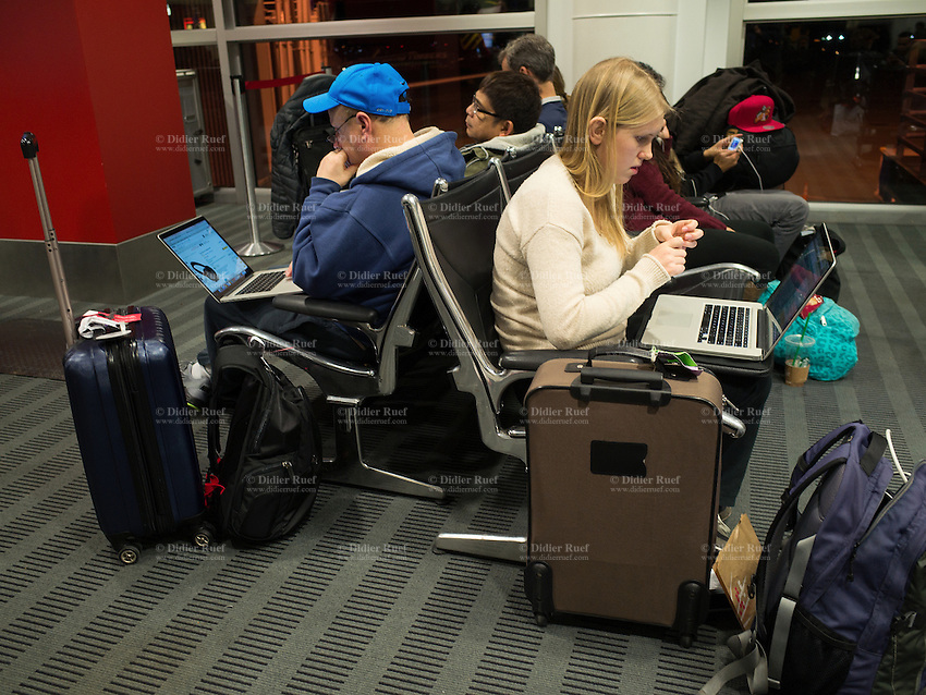 USA. Washington state. Seattle–Tacoma International Airport (Sea–Tac Airport or Sea–Tac). Passengera surf internet on thair Apple laptop computer swhile waiting for their flights. 14.12.2014 © 2014 Didier Ruef