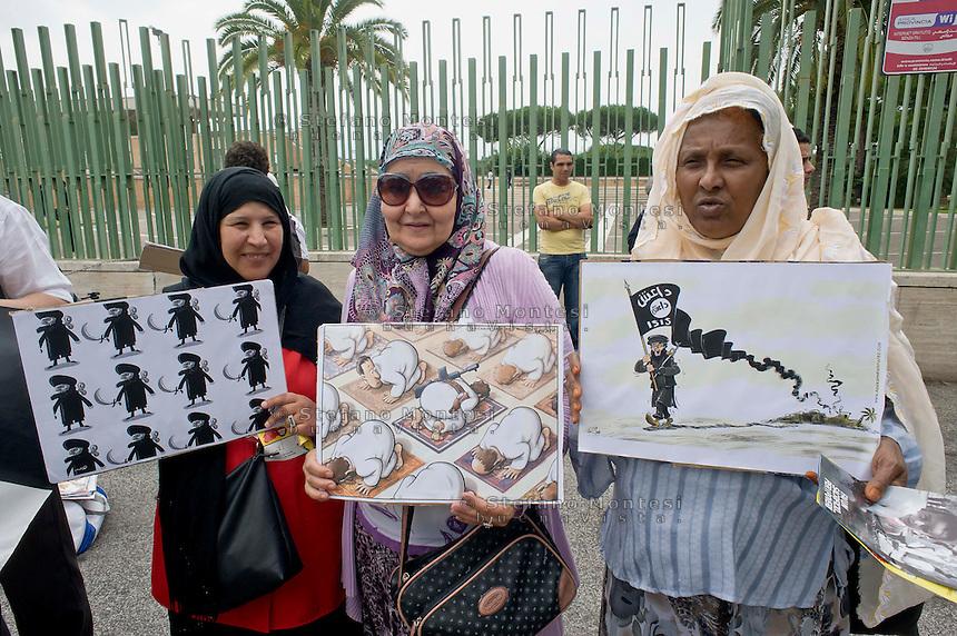 Roma, 19 Settembre  2014<br /> Manifestazione  contro  ISIS ( Stato Islamico).<br /> Uno striscione con la scritta: &quot;ISIS non &egrave; Islam&quot; esposto da un gruppo di italiani ed immigrati davanti alla Moschea Grande  di Roma, durante la preghiera del Venerdi. Manifestanti  con i disegni di artisti siriani contro ISIS.<br /> Rome, 19 September 2014 <br /> Demonstration against ISIS (Islamic State). <br /> A banner with the inscription: &quot;ISIS is not Islam&quot; exhibited by a group of Italian and immigrants  in front of the Grand Mosque of Rome, during prayers on Friday. Demonstrators with the designs of Syrian artists against ISIS