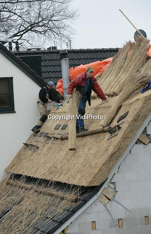 Foto: VidiPhoto..DODEWAARD - Dakdekkers van de firma Singer uit Dodewaard voorzien de oudste herberg van Nederland, De Engel in Dodewaard, van nieuw riet. Het oude dak met daarin balken uit 1591 moest vernieuwd worden vanwege de uitbreiding van de uitspanning. De deel van de eeuwenoude herberg, waar vroeger het vee stond, is vergroot en de historische balken zijn vervangen. Het heeft eigenaar Inno Venhorst twee jaar gekost om een bouwvergunning te krijgen.