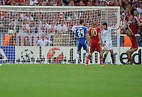 FUSSBALL   SAISON 2011/2012   CHAMPIONS LEAGUE FINALE FC Bayern Muenchen - FC Chelsea  19.05.2012 Thomas Mueller (re, Bayern) zieht nach seinem Tor zum 1:0 jubelnd ab. Torwart Petr Cech (2. v.r. FC Chelsea) ist geschlagen