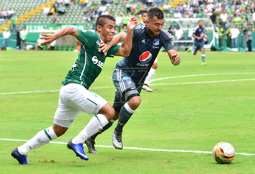 CALI -COLOMBIA-17-04-2016. Cesar Amaya (Izq) del Deportivo Cali disputa el balón con Andres Cadavid (Der) de Millonarios durante partido por la fecha 13 de la Liga Águila I 2016 jugado en el estadio Palmaseca de Cali./ Cesar Amaya (L) player of Deportivo Cali fights for the ball with Andres Cadavid (R) player of Millonarios during match for the date 13 of the Aguila League I 2016 played at Palmaseca stadium in Cali. Photo: VizzorImage/ NR / Cont