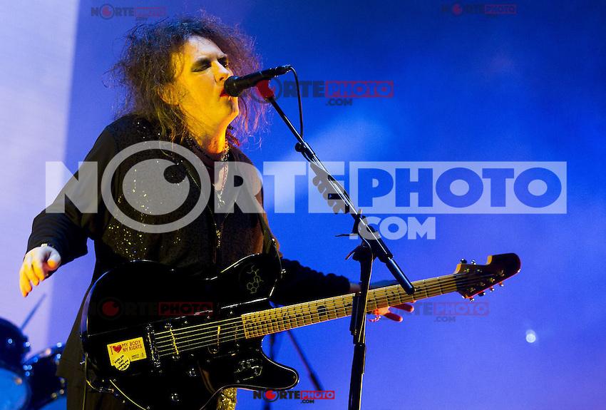 LIMA, PER&Uacute; - ABRIL 17. Robert Smith, vocalista de la banda brit&aacute;nica The Cure durante concierto en el Estadio Nacional. <br /> &copy; ANDINA/MarcoDelR&iacute;o/NortePhoto