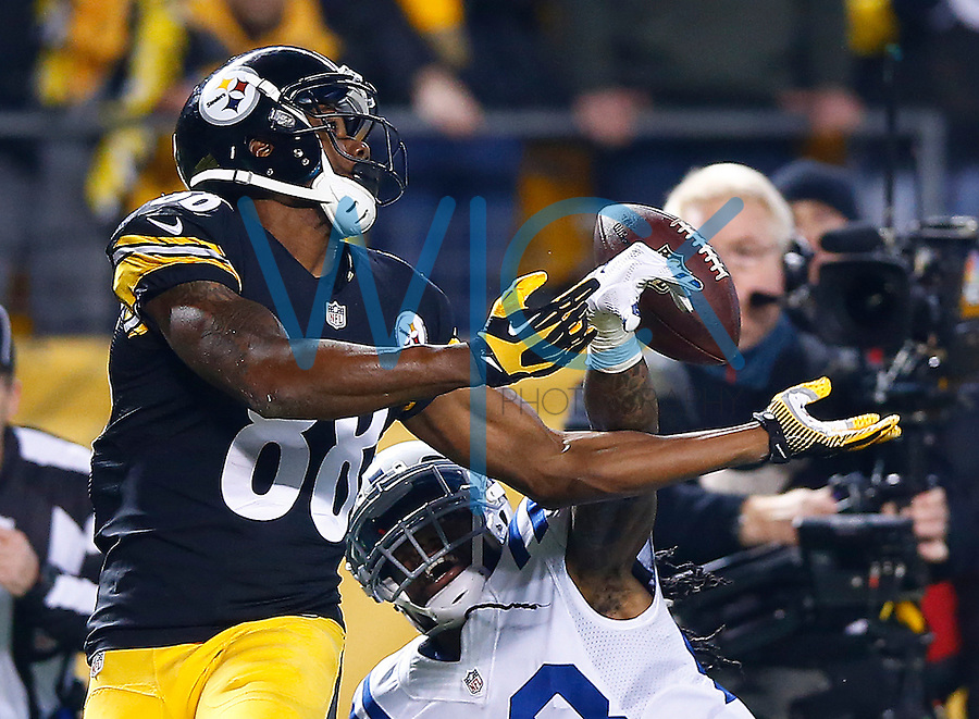 Darrius Heyward-Bey #88 of the Pittsburgh Steelers attempts to catch a pass in front of Greg Toler #28 of the Indianapolis Colts during the game at Heinz Field on December 6, 2015 in Pittsburgh, Pennsylvania. (Photo by Jared Wickerham/DKPittsburghSports)