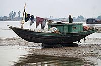 Asie/Vietnam/env d'Haiphong: Barque de pécheur échouée sur la Rivière interdite, prés du bac de Pha Binh