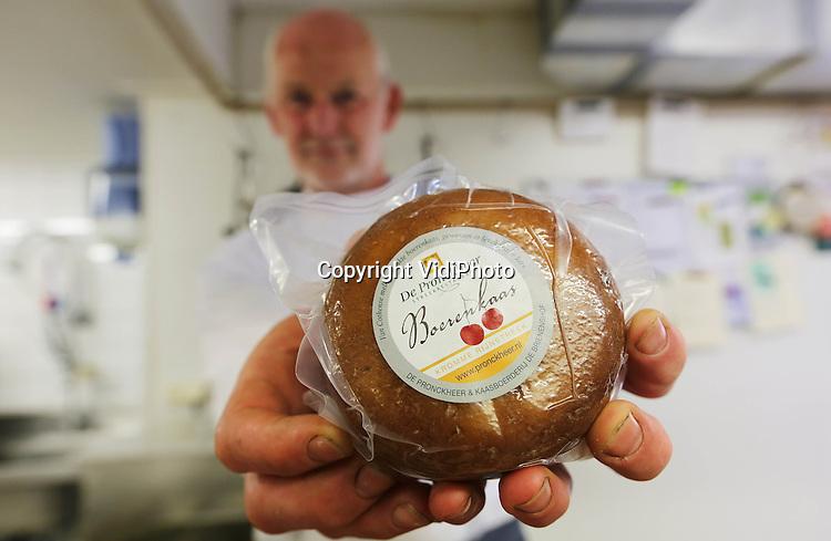 Foto: VidiPhoto<br /> <br /> COTHEN - Dit is de nieuwste Nederlandse lekkernij: kersenkaas, gewassen in zelfgestookte jenever. Het boerenkaasje is bedacht door Arjan Smit van streekrestaurant De Pronckheer in Cothen. Omdat Smit veel gerechten bereidt met streekproducten en zijn buurman toevallig kersenteler is, bedacht de topkok dat rauwmelkse kaas in combinatie met gedroogde kersen weleens een succesverhaal zou kunnen worden. De belangstelling voor het nieuwe product is in ieder geval enorm, zelf nog voordat de productie echt op gang komt. Het bad van kersenjenever zal daar ongetwijfeld debet aan zijn.