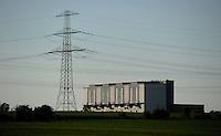 Datierung: 1968 - 1987..Geschichte: 1964 beschloss die Regierung der DDR, am Standort Thierbach ein Wärmekraftwerk zu errichten. Am 19. Juni 1964 wurde die Aufbauleitung Kraftwerk Thierbach gebildet. Mit Wirkung vom 1. Januar 1965 wurde sie in VEB Kraftwerk Thierbach umbenannt. Im Oktober 1965 übernahm der VEB Kraftwerk Elbe, Vockerode, die Leitung der Investitionsmaßnahme Kraftwerk Thierbach. Er verschmolz dazu mit dem VEB Kraftwerk Thierbach zum VEB Kraftwerk Thierbach/Elbe, Vockerode. Ab 1. Januar 1968 gehörte das Kraftwerk Thierbach zum neugegründeten VEB Kraftwerke Lippendorf-Thierbach, ab 1. Juli 1972 wieder VEB Kraftwerk Thierbach. 1969 ging der 1. Block des Kraftwerks Thierbach ans Netz. 1990 wurde das Kraftwerk unter der Bezeichnung Vereinigte Energiewerke AG (VEAG) Kraftwerk Lippendorf/Thierbach, Kraftwerk Thierbach, privatisiert..Abschaltung 1999 . Der 300m hohe Schornstein wurde im Oktober 2002 gesprengt. Heute steht nur noch das Generatorghaus...im Bil: Das Generatorengebäude des alten Kraftwerks Thierbach . Foto: Norman Rembarz..Jegliche kommerzielle wie redaktionelle Nutzung ist honorar- und mehrwertsteuerpflichtig! Persönlichkeitsrechte sind zu wahren. Es wird keine Haftung übernommen bei Verletzung von Rechten Dritter. Autoren-Nennung gem. §13 UrhGes. wird verlangt. Weitergabe an Dritte nur nach  vorheriger Absprache. Online-Nutzung ist separat kostenpflichtig..