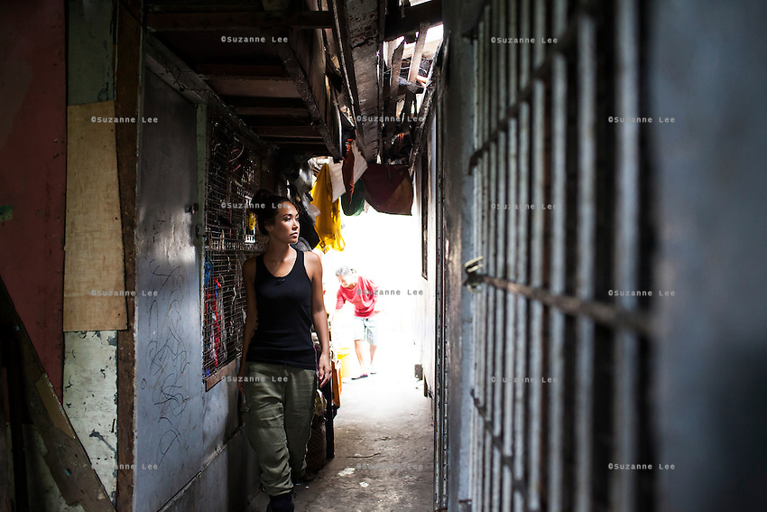 Myleene Klass, a high profile UK celebrity, TV host, violinist and pianist, walks through narrow urban slum alleyways as she visits under-privileged families and mothers in Paranaque, Metro Manila, The Philippines on 19 January 2013. Photo by Suzanne Lee for Save the Children UK
