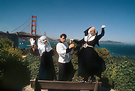 San Francisco, CA &ndash; September 4, 1982<br /> The &ldquo;Sisters of Perpetual Indulgence&ldquo; is a charity organization that uses protest and street performance and religious imagery to call attention to sexual intolerance. At their inception in 1979, a small group of gay men in San Francisco began wearing the attire of nuns in visible situations to draw attention to social conflicts and problems in the Castro District.<br /> San Francisco, Californie, 4 septembre 1982<br /> Les &ldquo;S&oelig;urs de la Perp&eacute;tuelle Indulgence&ldquo; est un organisme caritatif qui a pour but d&rsquo;informer et de venir en aide aux homosexuelles notamment les victimes du Sida. Elles collectent des fonds en faisant des activit&eacute;s culturelles et surtout elles sont une remarquable troupe de th&eacute;&acirc;tre tr&egrave;s connue pour ses spectacles avant-gardistes.