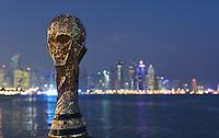Fussball International FIFA WM 2022 in Katar 21.12.2014 Ein Replika des FIFA WM Pokal vor der Skyline von Doha