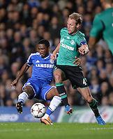 FUSSBALL   CHAMPIONS LEAGUE   SAISON 2013/2014   Vorrunde  in London FC Chelsea - FC Schalke     06.11.2013 Benedikt Hoewedes (re, FC Schalke 04) gegen Samuel Eto o (FC Chelsea)