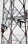 Foto: VidiPhoto<br /> <br /> HERVELD - Vier op een rij in een hoogspanningsmast woensdag. Op duizelingwekkende hoogte schilderen specialisten van het Gelders Schilders- en Straalbedrijf (GSB) uit Ochten goed aangelijnd de hoogspanningsmasten bij het Gelderse Herveld. Zolang het nog geen windkracht 6 is, kunnen de werkzaamheden gewoon doorgaan. Dertig masten in het gebied krijgen na 20 jaar weer een opknapbeurt. Opdrachtgevers zijn de netbeheerders TenneT en Liandon. Eind juni moeten de werkzaamheden klaar zijn.
