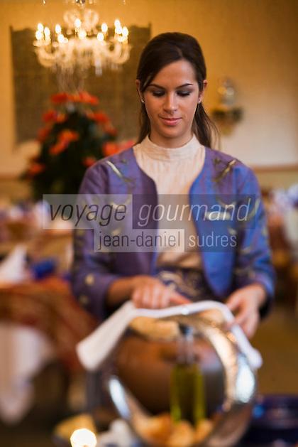 Europe/Turquie/Istanbul : Service du Gûvec, ragout d'agneau et crevettes cuit  dans un récipent en terre cuite femé hermétiqement au restaurant  Centemani de l 'Hôtel Ritz Carlton