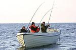 Foto: VidiPhoto..ROTTERDAM - Sportvissers vissen voor de kust van Noorwegen op koolvis en kabeljauw. Behalve dat de populariteit van het sportvissen in eigen land enorm is toegenomen -1,8 miljoen Nederlanders vissen minstens eenmaal per week- neemt ook de belangstelling voor buitenlandse vistrips flink toe.  Een groeiend aantal reisbureaus houdt zich bezig met het organiseren van visreizen. Woensdag publiceren de Nederlandse Vereniging van Sportvisfederaties (NVVS) en de Organisatie ter Verbetering van de Binnenvisserij (OVB) op de sportvisbeurs Visma in Rotterdam deze cijfers.