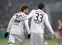FUSSBALL   DFB POKAL   SAISON 2011/2012   VIERTELFINALE VfB Stuttgart - FC Bayern Muenchen                      08.02.2012 Thomas Mueller (li,) mit Mario Gomez (FC Bayern Muenchen)