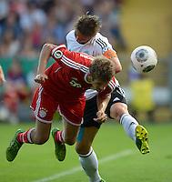 FUSSBALL       DFB POKAL 1. RUNDE        SAISON 2013/2014 BSV Schwarz-Weiss Rehden  - FC Bayern Muenchen  05.08.2013 Thomas Mueller (li, FC Bayern Muenchen) gegen Kevin Artmann (re, Rehden)