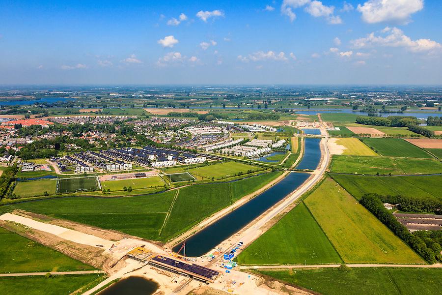 Nederland, Noord-Brabant, Den Bosch, 09-05-2013; werkzaamheden aan de Zuid-Willemsvaart. Begin van het nieuwe kanaal bij Gewande, ten Oosten van Empel, gezien naar de Maas. Het kanaal wordt verbreed, uitgegraven en omgelegd - zodat de binnenstad van Den Bosch vermeden kan worden. Het gaat niet allen om een omlegging, maar ook om een opwaardering zodat grote schepen van het kanaal gebruik kunnen blijven maken.<br /> <br /> QQQ<br /> luchtfoto (toeslag op standard tarieven);<br /> aerial photo (additional fee required);<br /> copyright foto/photo Siebe Swart.