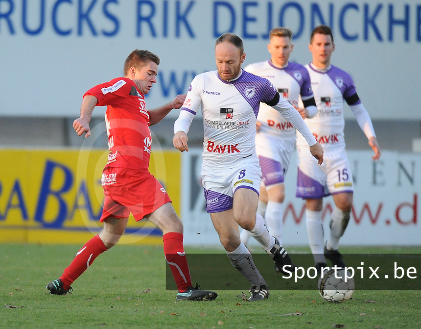 FC GULLEGEM - HARELBEKE :<br /> Joachim vercouter (R) stopt Jasper Maerten (L) af<br /> <br /> Foto VDB / Bart Vandenbroucke