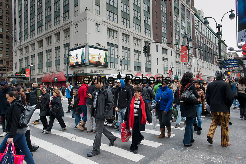Shoppers in the Herald Square shopping district in New York tow days before Christmas on Friday, December 23, 2011. Many retailers are giving last minute discounts to unload inventory before they REALLY have to discount it, after Christmas. (© Richard B. Levine)