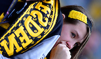 Fussball, 2. Bundesliga, Saison 2013/14, 34. Spieltag, Armina Bielefeld, Sonntag (11.05.14), Dresden, Gluecksgas Stadion. Weinender weiblicher Fan nach dem Abstieg.
