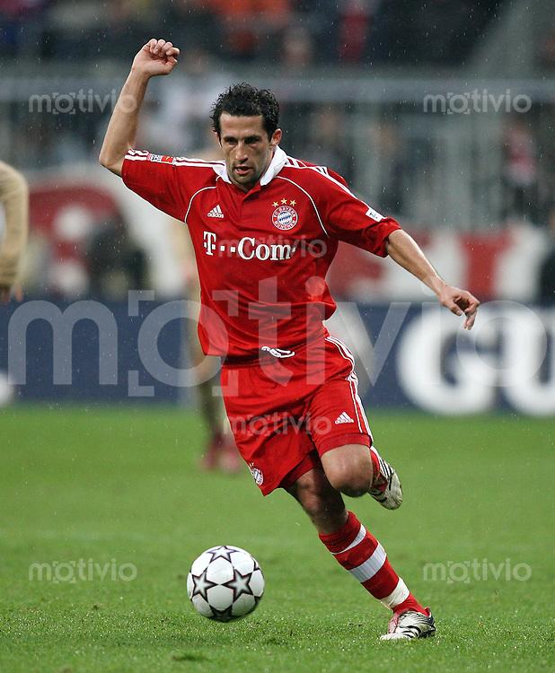 Fussball Bundesliga 13. Bundesliga  FC Bayern Muenchen 2-1 VfB Stuttgart Hasan Salihamidzic (FCB) am Ball