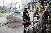 In Utrecht moeten fietsers oppassen dat ze niet door voorbijkomend autoverkeer helemaal nat worden. Door overmatige regenval blijft het water lang staan op de weg.<br /> <br /> In Utrecht cyclists should be careful that they are not all wet through for additional traffic. Due to excessive rainfall the water stays standing on the road.