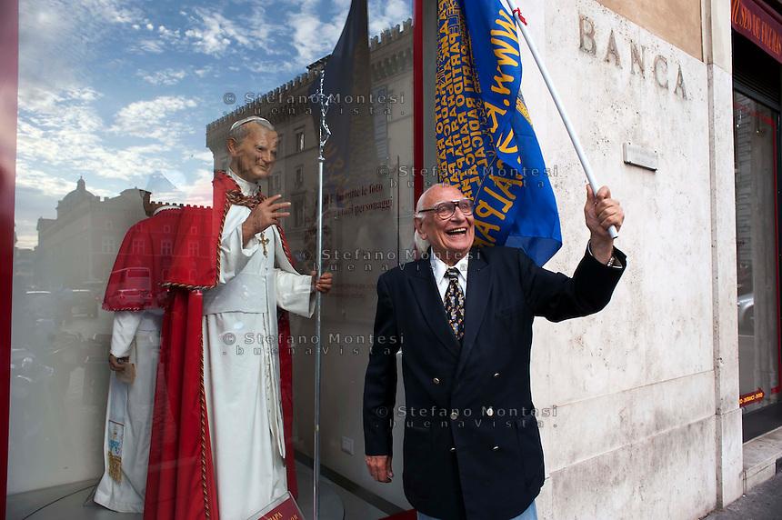 Roma 31 Maggio 2011.Marco Pannella e  la statua di cera  di Papa Giovanni Paolo II  nella vetrina del Museo delle Cere in Piazza Santi Apostoli