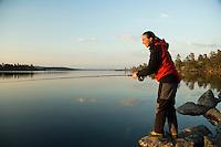 Jente fisker med flue i Rogen --- Girl fly fishing in Rogen