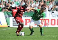 FUSSBALL   1. BUNDESLIGA   SAISON 2011/2012    3. SPIELTAG SV Werder Bremen - SC Freiburg                             20.08.2011 Papiss CISSE (li, Freiburg) gegen Sokratis PAPASTATHOPOULOS (re, Bremen)