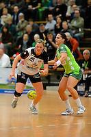links Josephine Techert (BSV) am Ball. rechts Karin Weigelt (FAG)