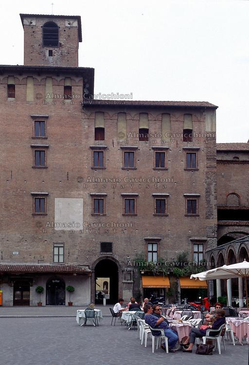 Mantova, Piazza delle Erbe,  Palazzo Broletto  o Palazzo del Podest&agrave;.<br /> Mantua, Piazza delle Erbe with medieval buildings, Palazzo del Podest&agrave;.