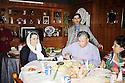 Irak 2000.Déjeuner de Jalal Talabani dans une famille de Souleimania.Iraq 2000.Jalal Talabani having lunch in a private house