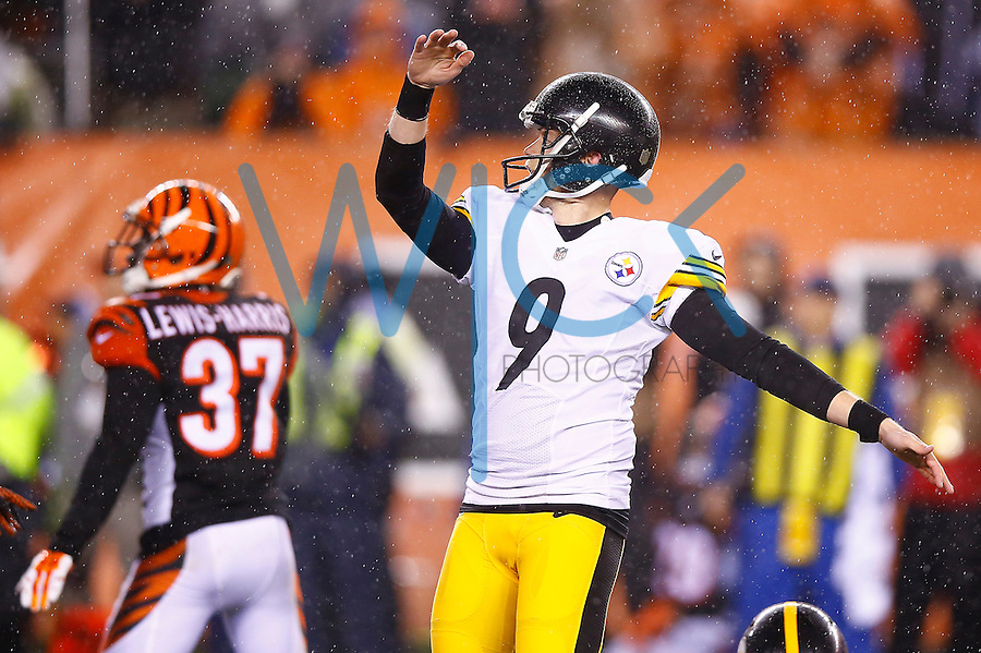 Chris Boswell #9 of the Pittsburgh Steelers kicks the game-winning field goal against the Cincinnati Bengals in the fourth quarter during the Wild Card playoff game at Paul Brown Stadium on January 9, 2016 in Cincinnati, Ohio. (Photo by Jared Wickerham/DKPittsburghSports)