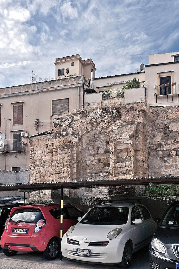 Palermo:Parking available for fee among the ruins of ancient monasteriesin Parlatoio square square .<br /> Palermo: parcheggio a pagamento tra i ruderi di antichi monasteri a piazza del Parlatoio.