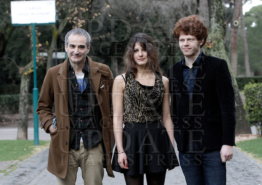 "Il regista francese Olivier Assayas, a sinistra, posa con l'attrice Carole Combes e l'attore Hugo Conzelmann durante un photocall per la presentazione del suo nuovo film ""Qualcosa nell'aria"" a Roma, 14 gennaio 2013..French director Olivier Assayas, left, poses with actress Carole Combes and actor Hugo Conzelmann during a photocall for the presentation of his new movie ""Apres Mai"" (""Something in the air"") in Rome, 14 January 2013..UPDATE IMAGES PRESS/Riccardo De Luca"