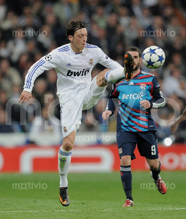 FUSSBALL   CHAMPIONS LEAGUE   SAISON 2010/2011   Achtelfinale  16.03.2011 Real Madrid  -  Olympic Lyon  Mesut Oezil (Real Madrid) mit Ball